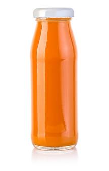Бутылка морковного сока, изолированные на белом фоне с обтравочным контуром
