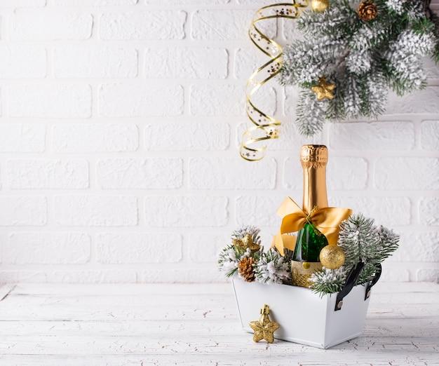 Бутылка шампанского в золотой обертке