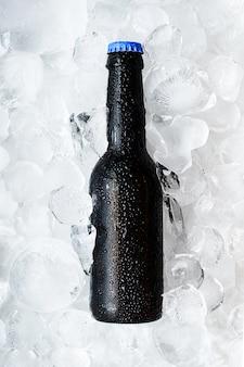얼음 조각에 시원한 맥주 한 병 상쾌한 수제 맥주