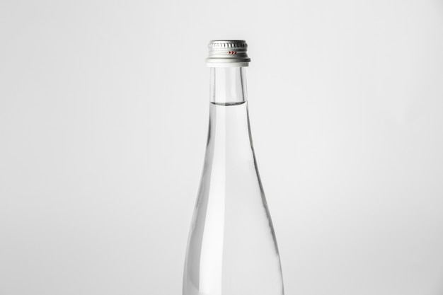 밝은 배경에 깨끗한 물 한 병