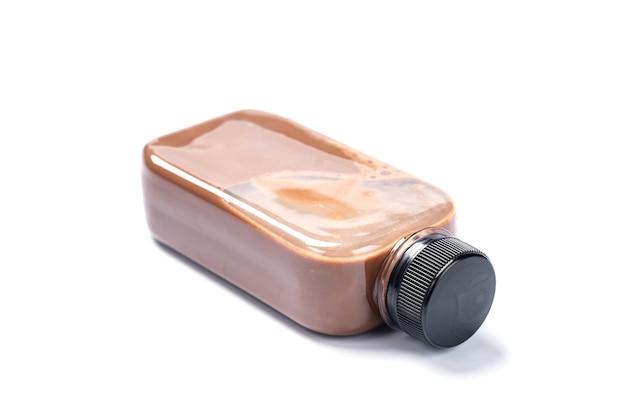 차 우유를 곁들인 차가운 음료수 한 병, 얼음과 함께 신선한 아침 식사 달콤한 다과, 뜨거운 음료 커피, 안경에 맛있는 맛있는 녹색 라떼, 흰색 크림이 분리된 갈색 초콜릿