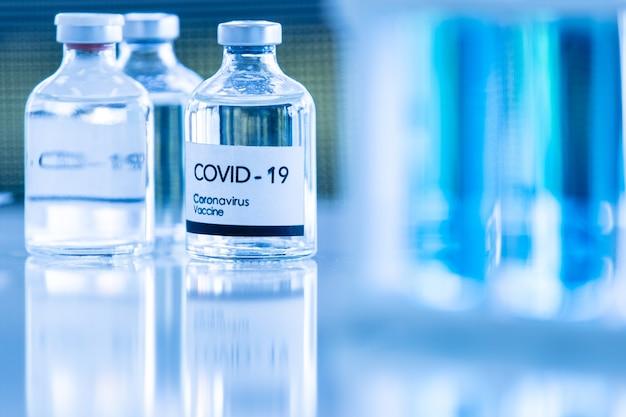実験室でのcovod-19ワクチンサンプルのボトル。コロナウイルス治療のための研究と実験室試験のためのアイデア。