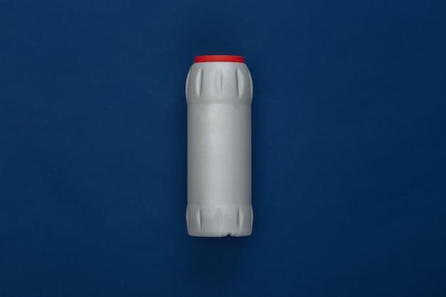 古典的な青い背景の洗剤のボトル。カラー2020。ハウスクリーニングのテーマ。上面図