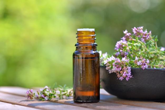 Бутылка эфирного масла и цветов ароматической травы