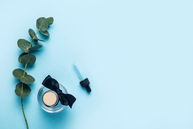유칼립투스 에센셜 오일 병, 파란색에 대한 녹색 유칼립투스 지점