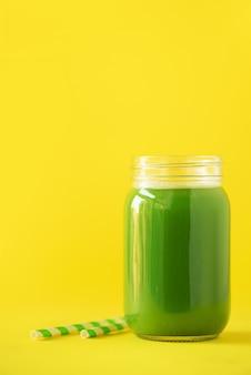 노란색 바탕에 녹색 셀러리 스무디의 병