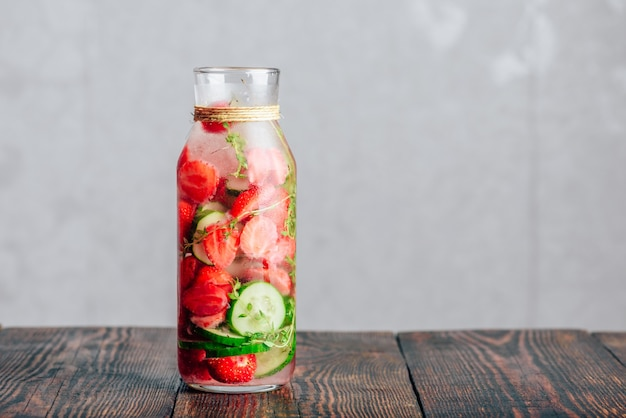 新鮮なイチゴと注入された水のボトル