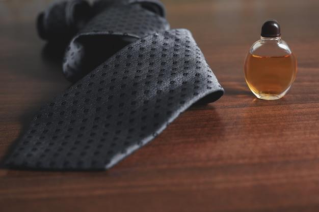 ネクタイと男性用香水のボトル