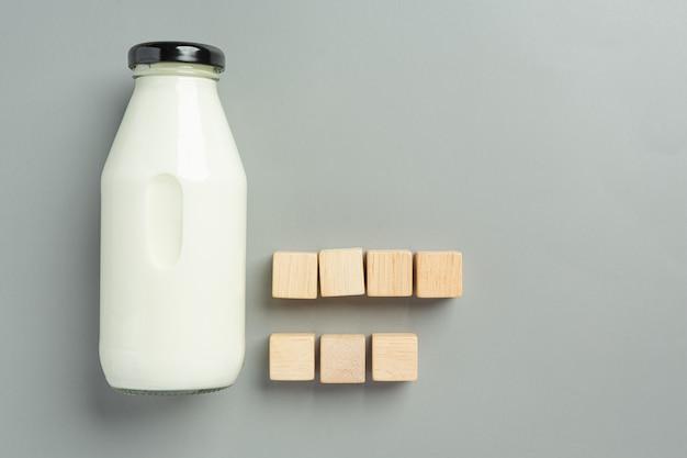 灰色の表面にミルクのボトル