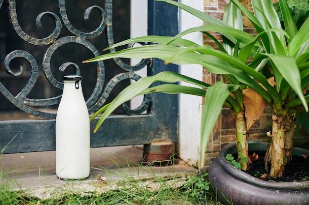 Бутылка молока на открытом воздухе