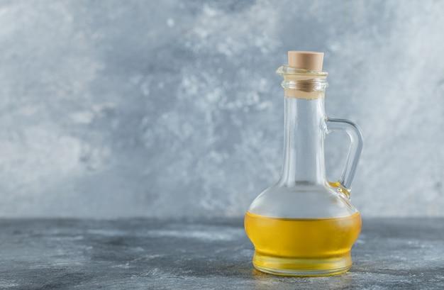 灰色の背景にオイルのボトル。高品質の写真