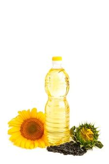 Бутылка масла с подсолнечником и семенами, изолированные на белом фоне. вид сверху
