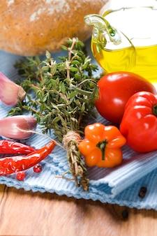 Бутылка оливкового масла и приправ