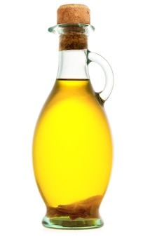 白い背景で隔離のオリーブオイルのボトル