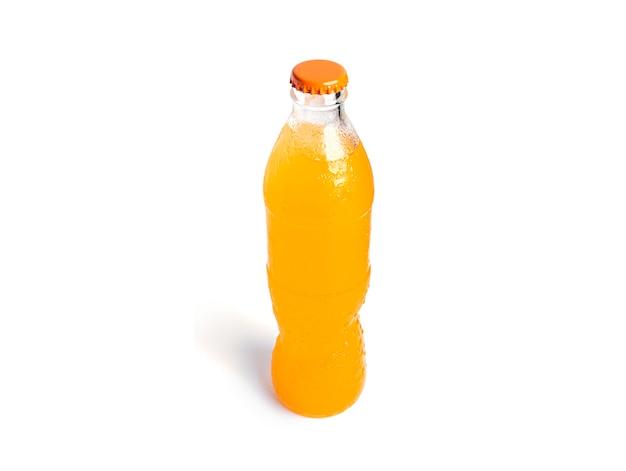 白で隔離されるオレンジ色のソーダのボトル。