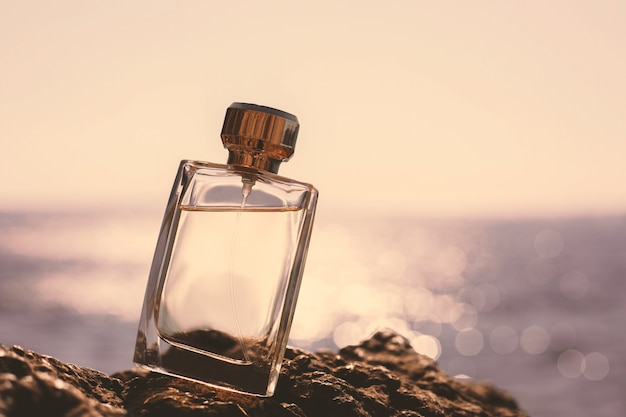 海の上の香水のボトル