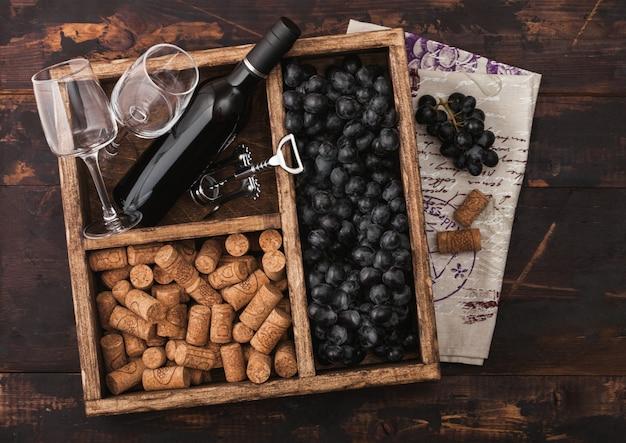 赤ワイン、コルク、ブドウの木の箱のボトル