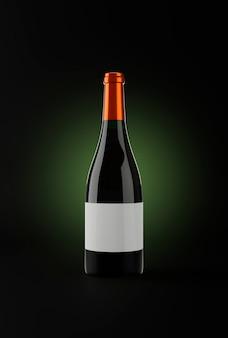Бутылка красного вина на темном фоне