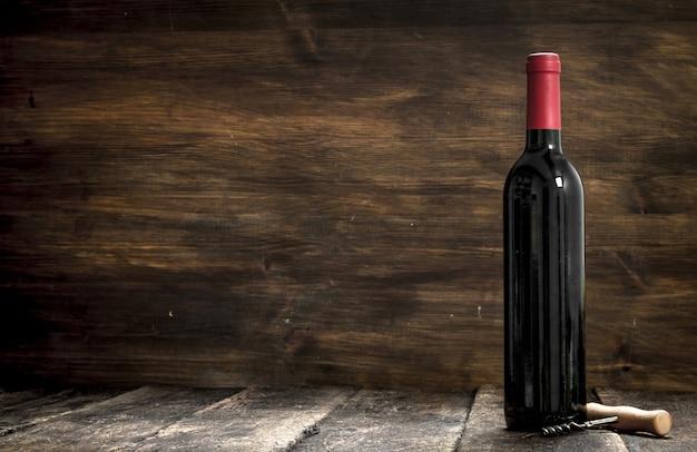 赤ワインのボトル。木製の背景に。