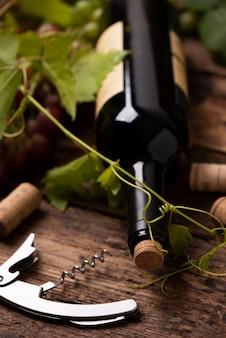 나무 테이블에 레드 와인 한 병