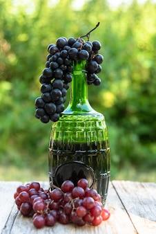 ブドウと赤ワインのボトル