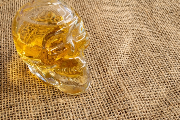 ジュート生地の頭蓋骨カシャーサの形をした典型的なブラジルの飲み物のボトル