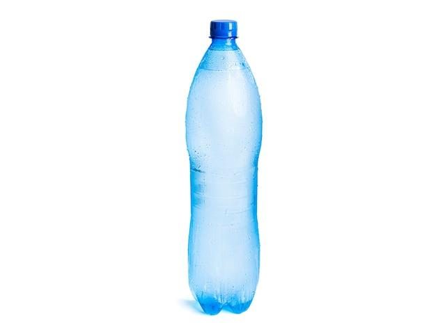 白で隔離の水のボトル。