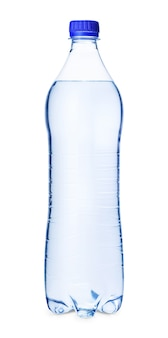 Бутылка воды с синей винтовой крышкой, изолированные на белом фоне