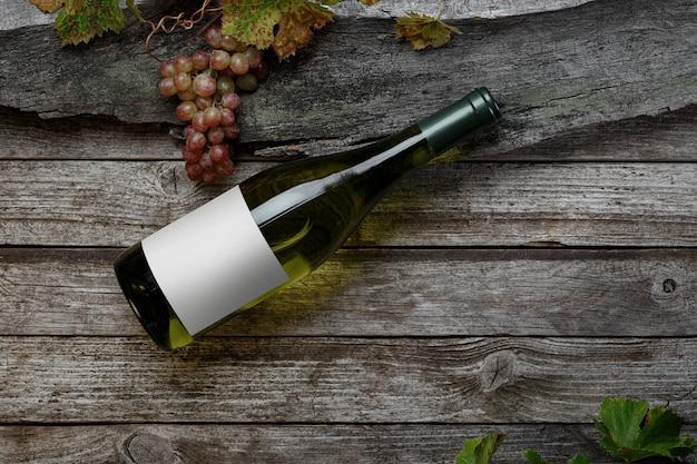 레이블이 있는 화이트 와인 한 병. 와인과 포도의 유리입니다. 와인 병 모형. 평면도.