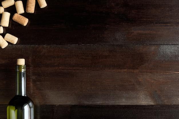 Бутылка вина и пробки плоский вид копией пространства