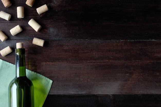 ワインとコルクのボトル