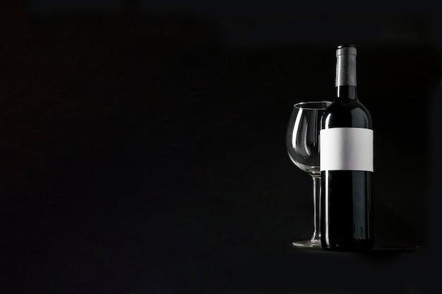 ワインと空のガラスのボトル