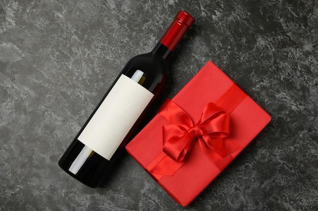 검은 스모키 배경에 와인과 선물 상자 병