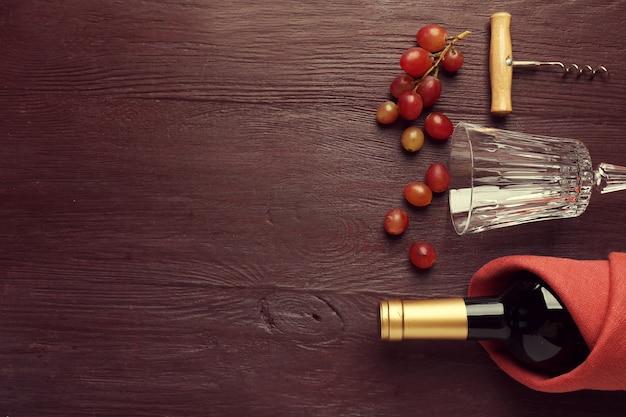 와인과 포도 나무 테이블에 병