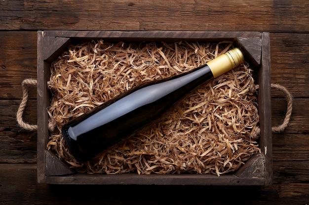 素朴な木の場合のワインのボトル