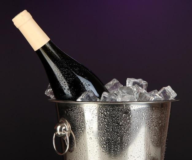Бутылка вина в ведре со льдом