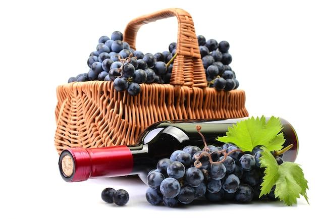 Бутылка вина рядом с виноградом крупным планом