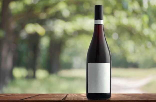 自然の背景にワインのボトル