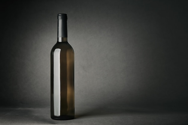 Бутылка вина на серой поверхности