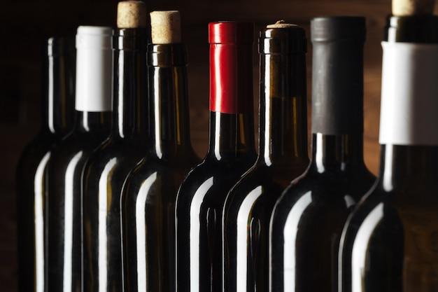 木製の上のワインのボトル