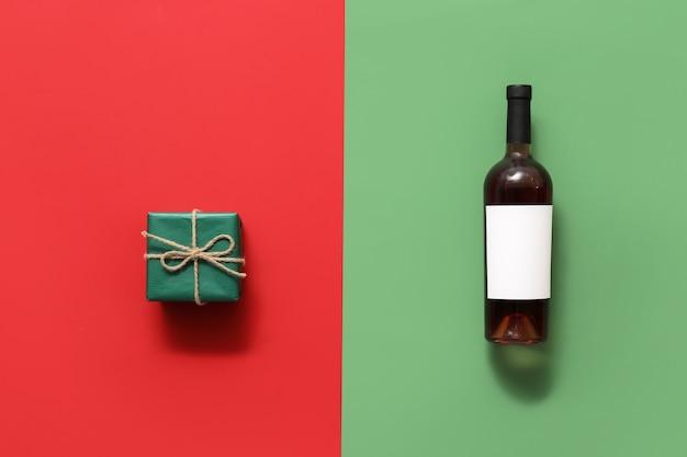 Бутылка вина с пустой этикеткой и подарочной коробкой