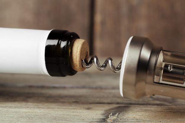 コルク抜きでワインのボトル