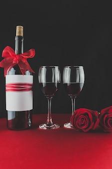 2杯とテーブルの上にバラつきがワインのボトル