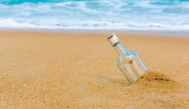ビーチでのボトル 無料写真