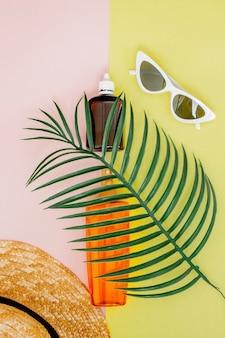 Солнцезащитный крем для бутылок на ярком квадратном желто-розовом фоне. концепция курорта на море, летнее время. вид сверху, плоская планировка, минимализм, копия пространства.
