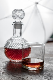 ボトルウィスキーと氷とウィスキーのガラスは、背景がぼやけている