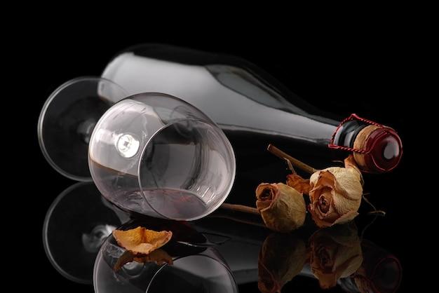 黒の背景にワイングラスとボトル