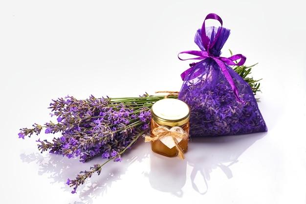 아로마 오일과 흰색 배경에 고립 된 라벤더 꽃 병