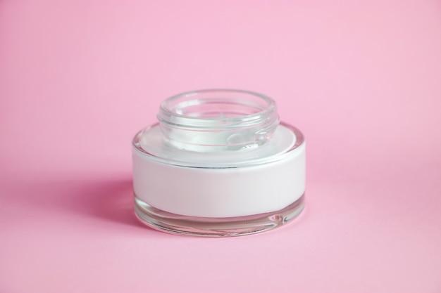 ピンクの化粧品クレンザー付きボトル