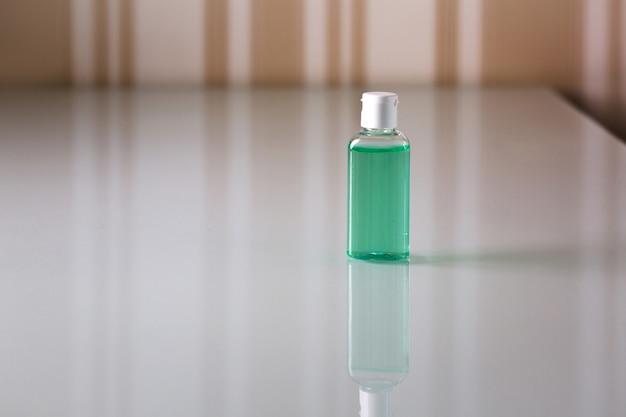 손 청소와 코로나 바이러스 보호를 위한 위생 젤이 있는 병. 빈 공간